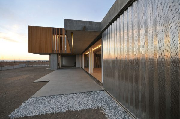 concenta-austria-house0405-simpraxisarchitects-lakatamia-cyprus-2010-parklex-facade-gold-01-1